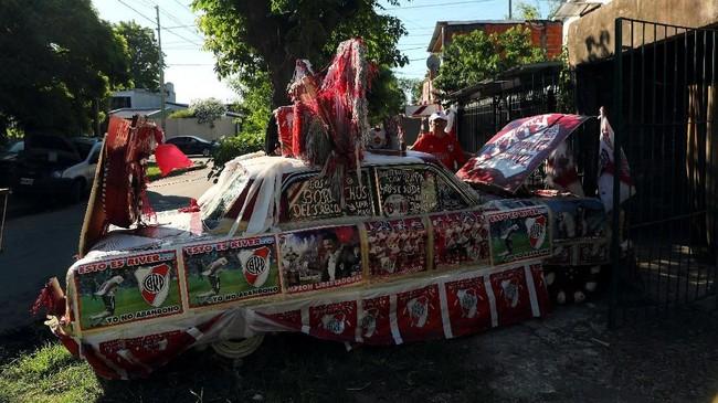 Salah satu fan menghias mobil Ford Falcon miliknya dengan atribut-atribut bernuansa River Plate pada leg pertama. (REUTERS/Marcos Brindicci)