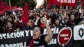Ribuan warga Chile turun ke ruas-ruas jalan di Santiago untuk menyerukan penolakan kekerasan terhadap perempuan pada Kamis (22/11). (AFP Photo/Martin Berneti)