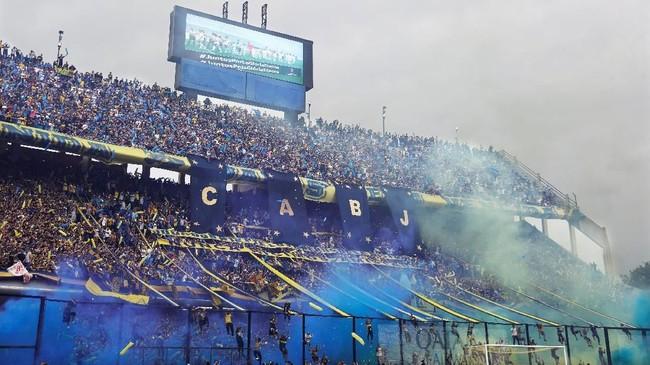 Asap cerawat dari tribune Stadion La Bombonera pada leg pertama derby Argentina lawan River Plate di final Copa Libertadores 2018, Minggu (11/11). Leg pertama bertajuk Superclasico dua tim sekota Buenos Aires itu berakhir 2-2.