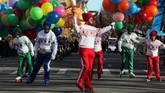 Sebanyak 16 balon besar berisi gas helium diterbangkan untuk memeriahkan parade Macy's Thanksgiving Day ke-92 pada tahun ini. (REUTERS/Brendan McDermid)