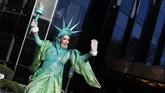 Angin dingin bersuhu -6 derajat Celsius yang bertiup kencang membuat balon-balon besar yang biasanya diterbangkan tinggi pada Macy's Thanksgiving Day harus diterbangkan lebih rendah. (REUTERS/Brendan McDermid)
