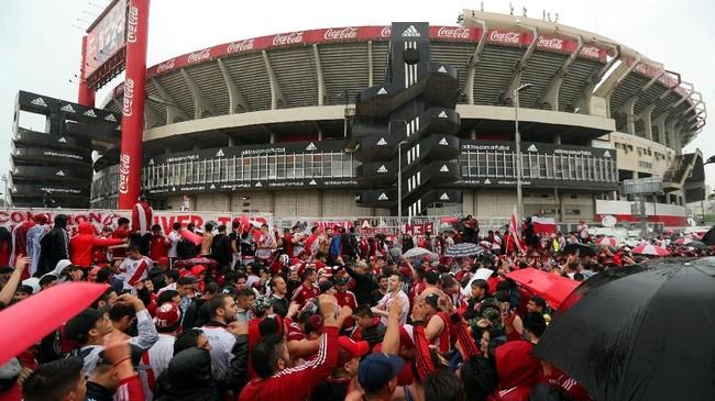 Para pendukung River Plate berkumpil di Stadion Monumental markas tim mereka menuju Stadion La Bombonera pada leg pertama. Untuk kali pertama dalam sejarah Copa Libertadores, tersaji laga Superclasico Argentina. (REUTERS/Marcos Brindicci)