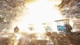 Para pengunjung coba melarikan diri dari ledakan balon udara yang terjadi saat Festival Cahaya Tazaungdaing di Taunggyi, Myanmar. Di festival itu, balon-balon berwarna-warni yang membawa kembang api buatan tangan dilayangkan ke udara. (Photo by Ye Aung Thu / AFP)