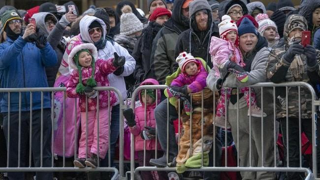 Penonton parade Macy's Thanksgiving Day ke-92 terlihat mengenakan mantel untuk menghalau udara dingin yang bertiup kencang. (AFP PHOTO/Don Emmert)