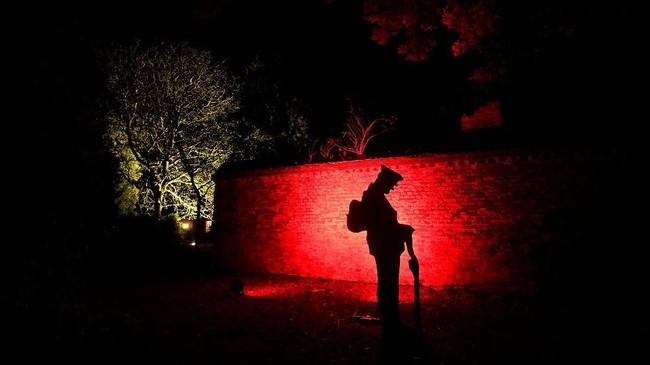 Sosok prajurit Perang Dunia I terlihat sementara bayangan bangunan dan pohon berada di belakang saat digelar festival Winter Wonderland di taman Syon di London Barat, Inggris. (REUTERS/Toby Melville)