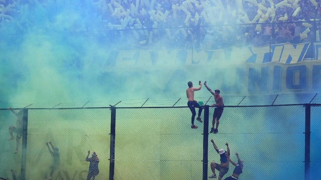 Tensi tinggi laga Superclasico di leg pertama final Copa Libertadores antara Boca Juniors vs River Plate. Kegilaan dan kenekatan para suporter kerap mewarnai laga itu. (REUTERS/Marcos Brindicci)