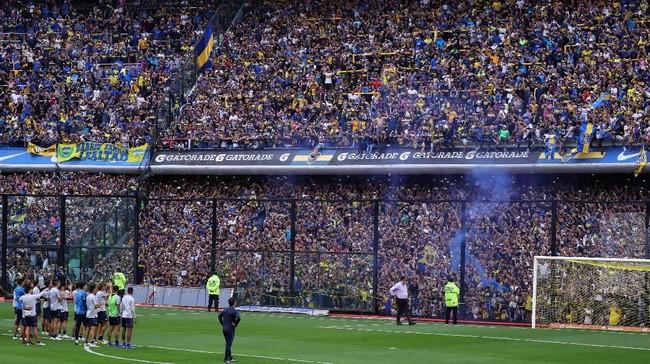 Meski sebatas latihan di Stadion La Bombonera berkapasitas 49 ribu penonton dipenuhi para suporter Boca Juniors. (REUTERS/Marcos Brindicci)