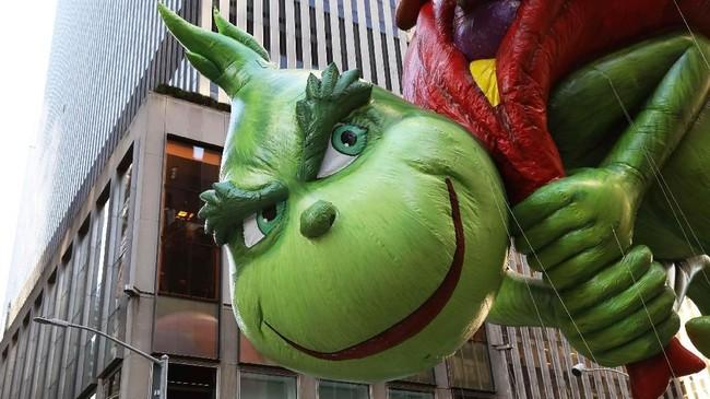 Tidak ketinggalan balon karakter dongeng The Grinch, makhluk pengganggu yang usil, ikut mencuri perhatian dalam parade Macy's Thanksgiving Day ke-92 tahun ini (REUTERS/Brendan McDermid)
