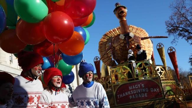Kawanan badut tampil dalam parade Macy's Thanksgiving Day ke-92 yang berpusat di Manhattan, New York, Amerika Serikat (AS) pada Kamis (22/11). (REUTERS/Brendan McDermid)