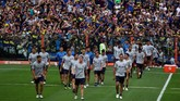 Stadion La Bombonera, markas Boca Juniors,disesaki para suporter tim itu pada sesi latihan tim, Kamis (22/11), jelang leg kedua final Copa Libertadores, Sabtu (24/11) sore waktu setempat. (REUTERS/Marcos Brindicci)