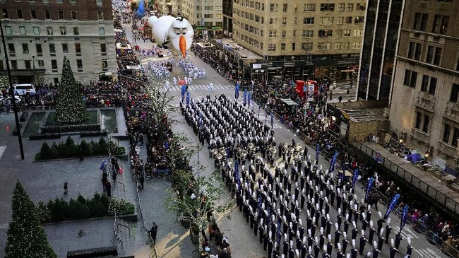 Balon besar bergambar karakter film animasi 'Frozen', Olaf, ikut dikembangkan dalam parade Macy's Thanksgiving Day ke-92. (REUTERS/Carlo Allegri)