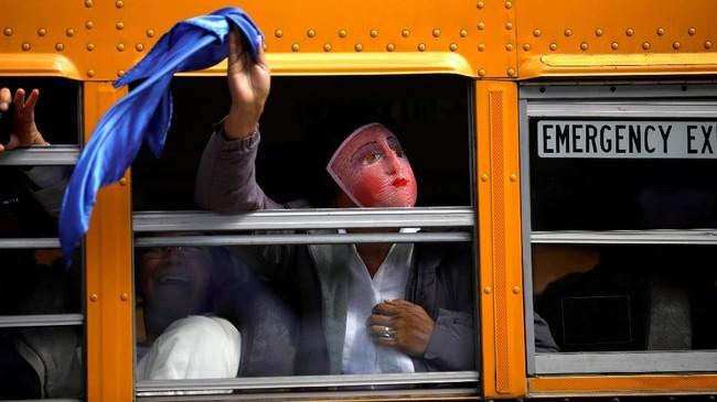 Seorang penduduk Nicaragua memprotes Presiden Daniel Ortega saat digelar Pertemuan Ibero-American XXVI di Antigua, Guatemala. (REUTERS/Jose Cabezas)