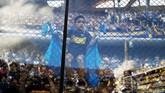 Sosok fan cilik Boca Juniors memanjat pagar Stadion La Bombonera saat tim itu menjamu Patronato di Liga Argentina, Sabtu (17/11), sebelum leg kedua final Copa Libertadores 2018. (REUTERS/Nacho Doce)