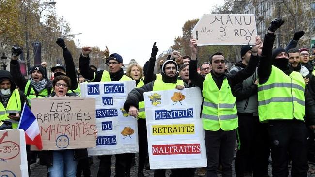 Polisi menembakkan gas air mata dan meriam air di pusat kota Paris terhadap pengunjuk rasa 'rompi kuning' menuntut Presiden Prancis Emmanuel Macron masalah BBM. (Bertrand GUAY / AFP)