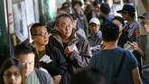 Jutaan warga Taiwan menuju tempat jajak pendapat pada Sabtu (24/11) pagi untuk memutuskan serangkaian kebijakan politik hingga sosial. (Photo by Chris STOWERS / AFP)