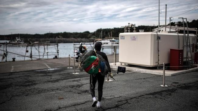 Selama musim menyelam, yang berlangsung selama 10 bulan dalam setahun, asosiasi nelayan setempat meneliti ramalan cuaca dan informasi tentang stok laut setiap hari. (Martin BUREAU / AFP)
