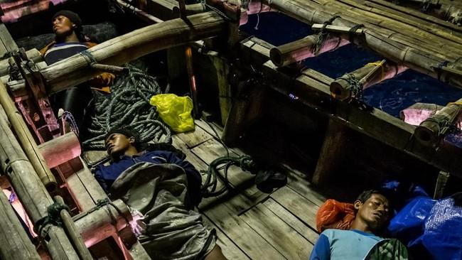 Sejumlah nelayan tidur di atas bagan apung di perairan Demak, Jawa Tengah. (ANTARA FOTO/Aji Styawan)