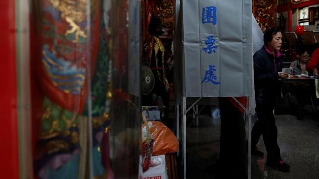 Referendum ini pun menjadi beban tambahan bagi Tsai dan partai petahana, Democratic Progressive Party (DPP). (REUTERS/Tyrone Siu)