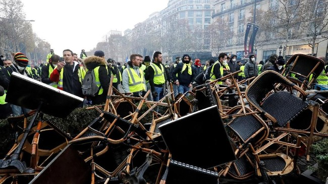 Awalnya para demonstran rompi kuning bersuara mengenai kenaikan harga BBM. Namun, lambat laun demonstrasi berubah menjadi protes melawan pemerintahan Emmannuel Macron. (FRANCOIS GUILLOT / AFP)