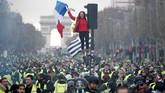 Semua demonstran menggunakan rompi kuning sebagai simbol protes para pengemudi terhadap bahan bakar yang sangat tinggi. (REUTERS/Benoit Tessier)