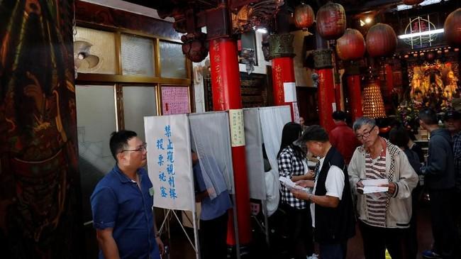 Pemungutan suara ini merupakan 'ujian' jangka pendek-menengah terhadap Presiden Tsai Ing Wen. (REUTERS/Tyrone Siu)