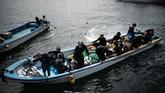 Para Ama yang sedang bersiap untuk 'terjun' mengarungi lautan Pasifik. (Martin BUREAU / AFP)