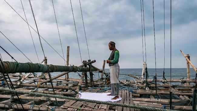 Nelayan menunaikan salat di atas bagan apung di perairan Demak, Jawa Tengah. (ANTARA FOTO/Aji Styawan)