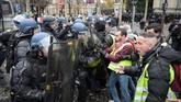Polisi berjaga dan sempat melancarkan gas air mata serta alat semprot air untuk menghalau demonstran rompi kuning. (BARIOULET / AFP)