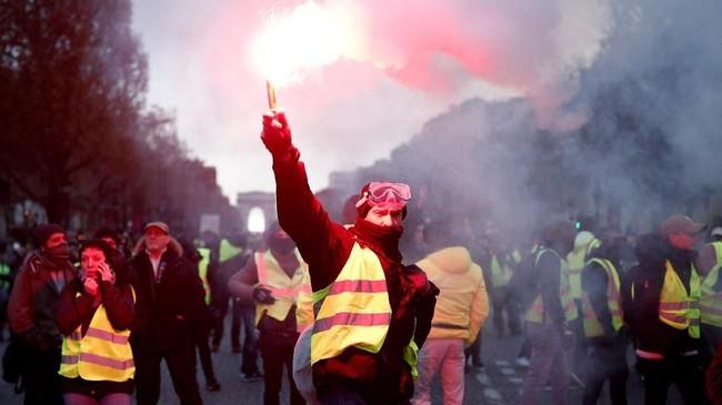 Kekecewaan masyarakat yang kian meledak juga menjadi ajang aji mumpung bagi lawan politik Macron.(REUTERS/Benoit Tessier)