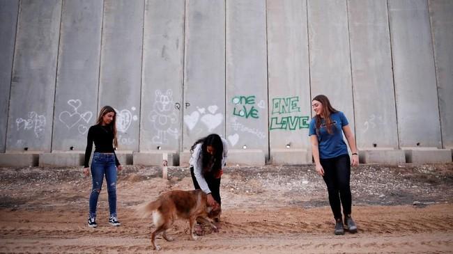 Akun Instagram Otef Gaza yang berarti Gaza Periphery dalam bahasa Ibrani dimulai oleh sekelompok gadis remaja ekitar Kerem Shalom, sebuah kibbutz di samping perbatasan.(REUTERS/Amir Cohen)