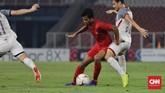 Zulfiandi berulang kali melakukan duel dengan John-Patrick Strauss, Manuel Ott, Patrick Reichelt, dan Stephan Schrock untuk memenangi perebutan bola di lini tengah. (CNN Indonesia/Adhi Wicaksono)