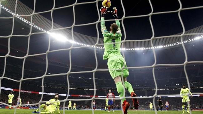 Atletico Madrid dikenal sebagai tim dengan pertahanan terbaik sedangkan Barcelona adalah tim paling produktif. Namun laga ini minim dengan tembakan tepat sasaran. (REUTERS/Paul Hanna)