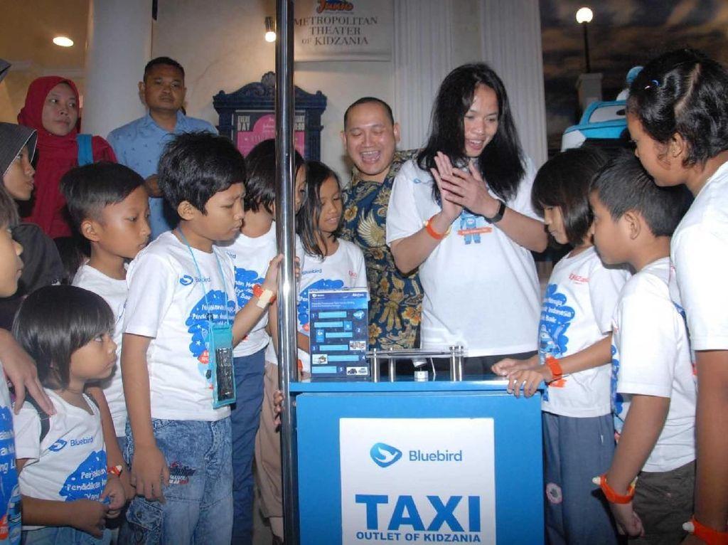 Kunjungan yang dilaksanakan dalam memperingati hari Anak Sedunia, merupakan komitmen Bluebird dalam mendukung kualitas anak-anak Indonesia, dengan memberikan edutrip dan wawasan luas terkait profesi di dunia, sekaligus memperkenalkan layanan pemesanan taksi Bluebird melalui aplikasi. Istimewa.