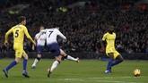 Son Heung Min membuat Tottenham Hotspur unggul 3-0 di menit ke-54 lewat tendangan kaki kiri. (Reuters/Matthew Childs)