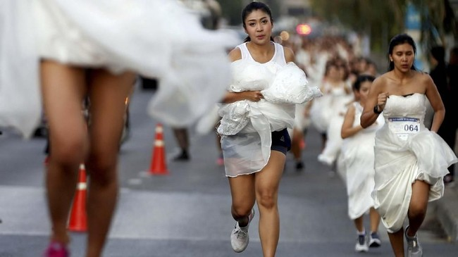 Pemenang akan mendapatkan paket bulan madu ke Maldives dan Sapporo, Jepang senilai US$60 ribu lebih. (REUTERS/Soe Zeya Tun)