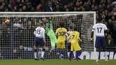 Sundulan Dele Alli meneruskan umpan Christian Eriksen tidak bisa dibendung oleh kiper Chelsea, Kepa Arrizabalaga. (Reuters/Matthew Childs)