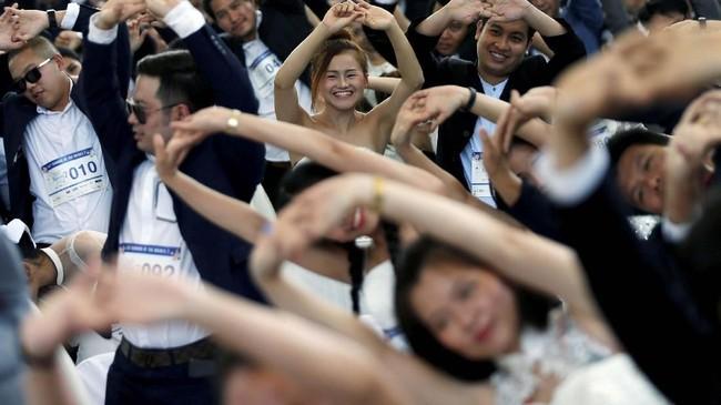 Sekitar 300 pasangan berkumpul di Bangkok pada Sabtu (24/11) untuk mengikuti ajang tahunan kompetisi lari Running of the Brides. (REUTERS/Soe Zeya Tun)