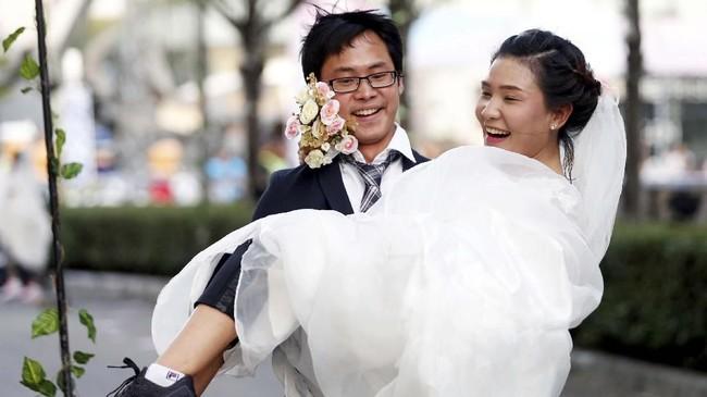 Pasangan pemenang lari dengan jarak 1,86 mil dalam 27,43 menit. (REUTERS/Soe Zeya Tun)