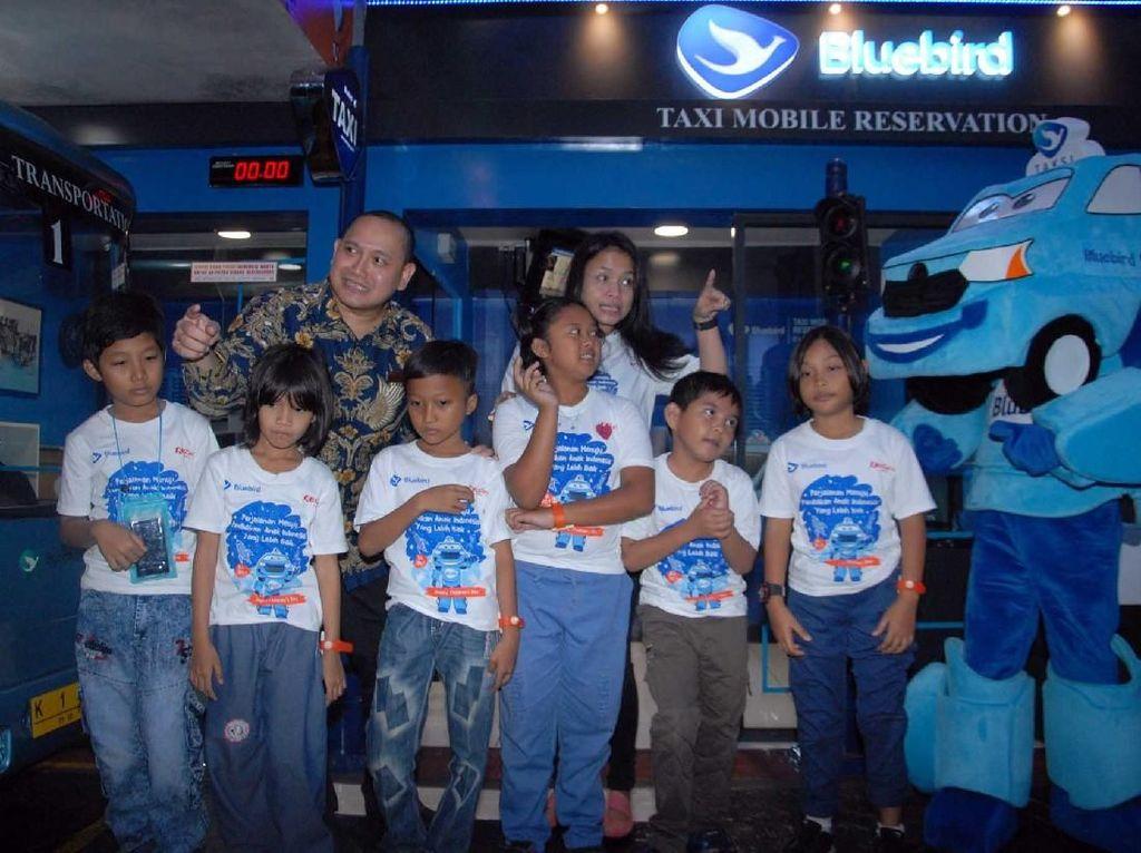Direktur Marketing PT. Blue Bird Tbk, Amelia Nasution (kiri) berbincang dengan Chief Marketing Officer Kidzania, Faizal Reza disela kunjungan edukatif anak anak pengemudi Bluebird dan siswa Sekolah Kami di Kidzania, Jakarta, Kamis (22/11). Istimewa.