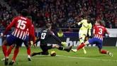 Tekad Barcelona akhirnya terwujud di menit ke-90 lewat pemain pengganti Ousmane Dembele. Dembele mencetak gol lewat tendangan kaki kiri yang melewati celah kaki Jan Oblak. (REUTERS/Paul Hanna)