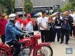 Aksi Wimboh Tunggangi Moge BMW Merah di HUT OJK
