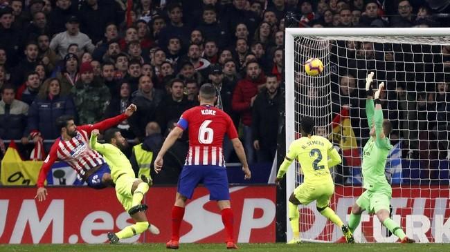 Diego Costa berhasil memecah kebuntuan lewat golnya di menit ke-77. Diego Costa menyundul bola umpan Antoine Griezmann yang diarahkan ke tiang jauh. (REUTERS/Paul Hanna)