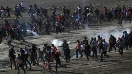 FOTO: Panas Gas Air Mata Adang Imigran Honduras ke AS