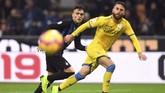 Striker Inter MilanLautaro Martinez berebut bola dengan pemain Frosinone. Pemain di dua tim itu juga menorehkan lipstik merah di pipinya sebagai kampanye anti kekerasan terhadap perempuan. (REUTERS/Daniele Mascolo)