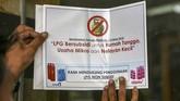 Petugas juga memasang stiker imbauan pemakaian LPG 3 kg (bersubsidi) di salah satu rumah makan. (ANTARA FOTO/Nova Wahyudi)