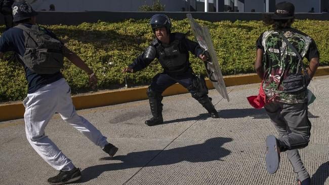 Aparat di Meksiko sendiri sudah meminta agar para imigran menunggu dan mengikuti proses pengajuan suaka resmi. Namun, sebagian besar para imigran sudah tidak tahan dengan keadaan di sekitar kamp yang juga penuh kekerasan. (Reuters/Adrees Latif)
