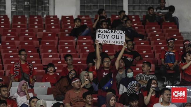 Tekanan untuk Gubernur Sumatera Utara lengser dari tampuk kepemimpinan PSSI tidak hanya ramai di dunia maya. Suporter yang menyaksikan langsung laga Timnas Indonesia juga menyuarakan ketidakpuasan dengan kepemimpinan Edy Rahmayadi. (CNNIndonesia/Adhi Wicaksono)
