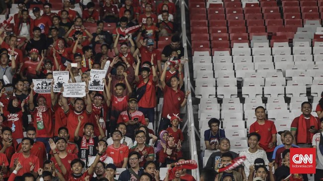 Suporter yang hadir tidak lupa membawa poster yang menuntut pengunduran diri Edy Rahmayadi dari posisi ketua umum PSSI. (CNNIndonesia/Adhi Wicaksono)