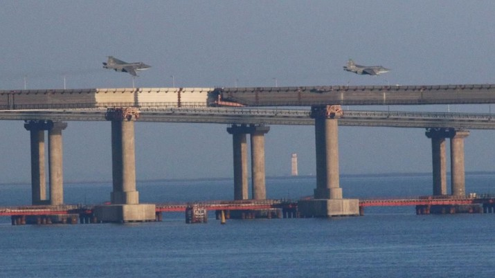 Russian jet fighters fly over a bridge connecting the Russian mainland with the Crimean Peninsula after three Ukrainian navy vessels were stopped by Russia from entering the Sea of Azov via the Kerch Strait in the Black Sea, Crimea November 25, 2018. REUTERS/Pavel Rebrov