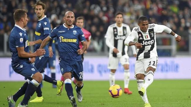 Pemain Juventus termasuk Douglas Costa dan para pemain SPAL mendapat coretan lipstik merah di pipi untuk kampanye antikekerasan terhadap kaum wanita. Juve menang 2-0 atas SPAL. (REUTERS/Massimo Pinca)